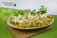 Szybka sałatka warzywna z groszkiem i kukurydzą konserwową, jajkiem i selerem