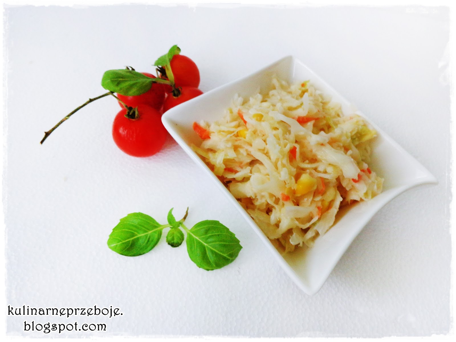 Surówka z białej kapusty, kukurydzy, marchwi i pora