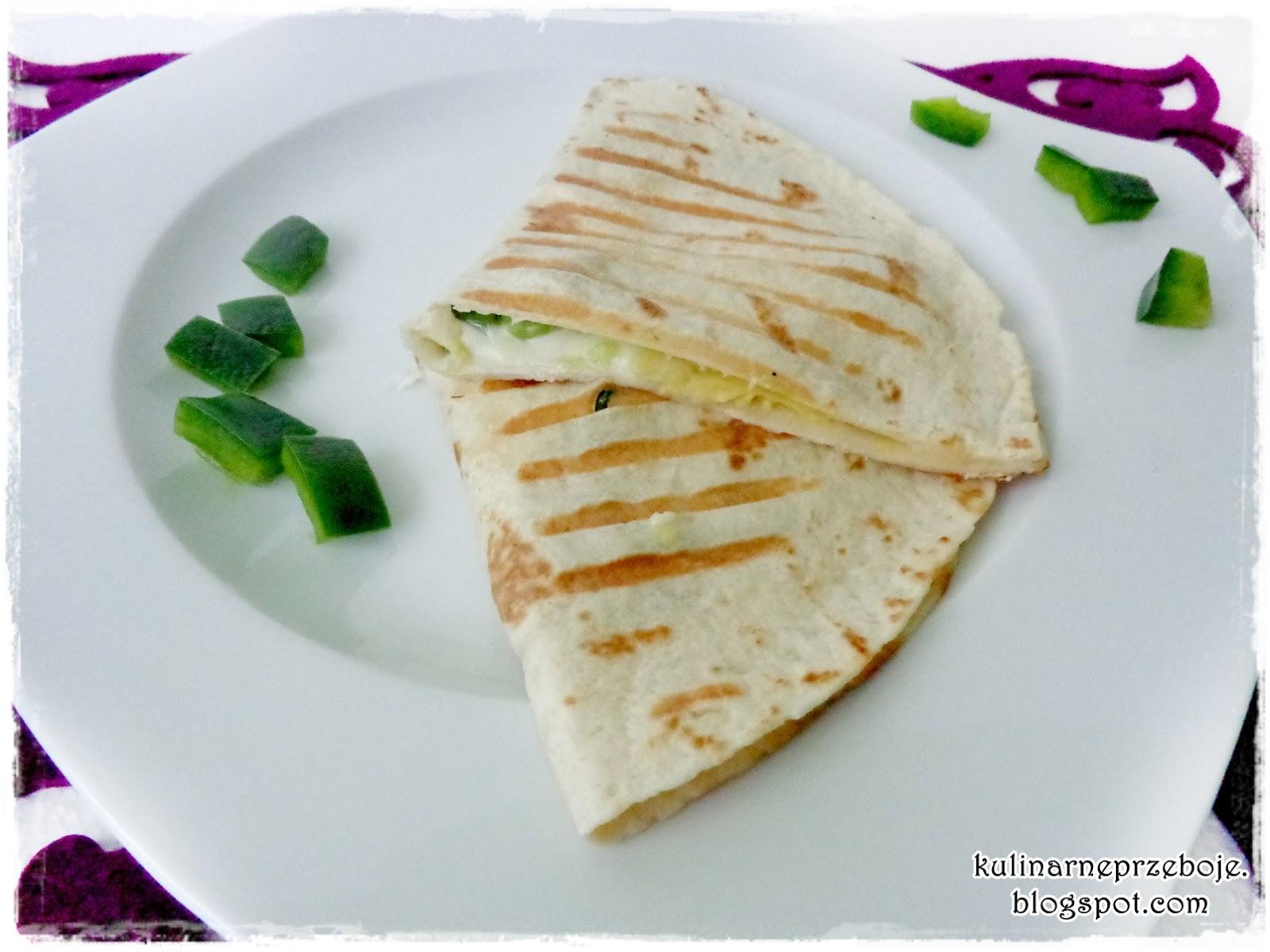 Quesadilla (tortilla) z salami, papryką, mozzarellą i awokado