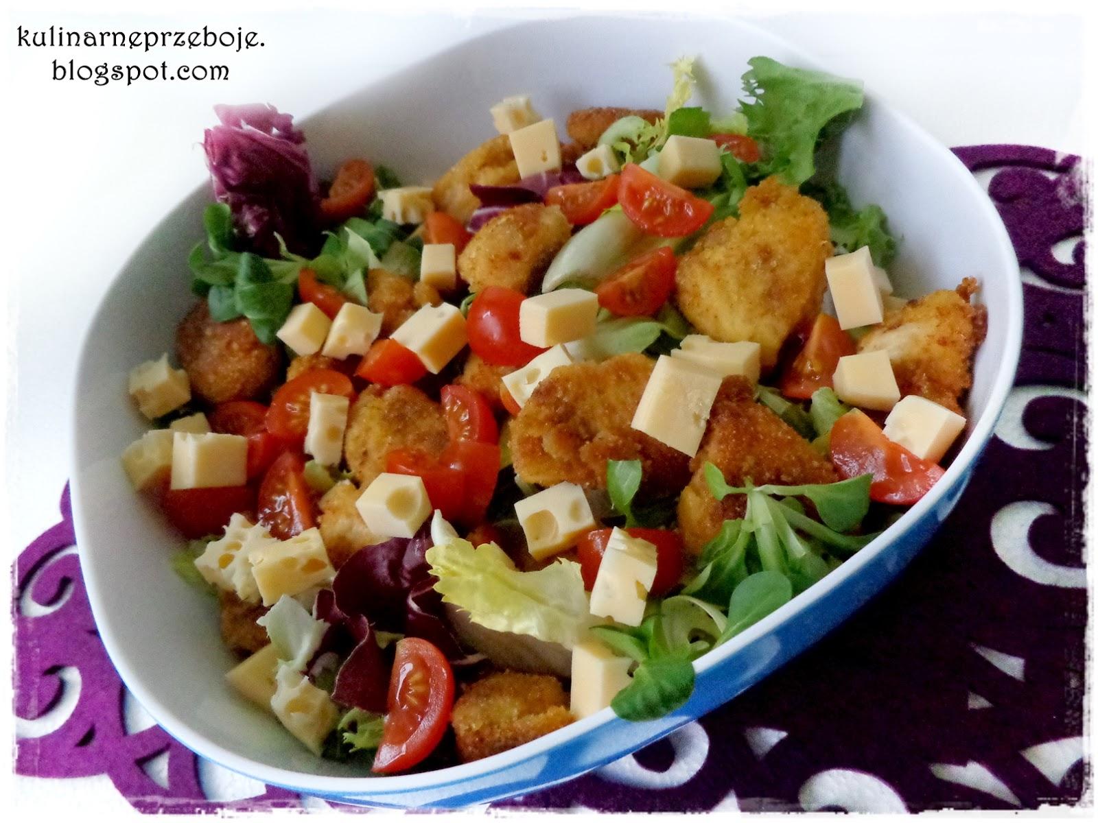 Sałatka z nuggetsami, rukolą, serem, pomidorkami cherry w sosie musztardowym