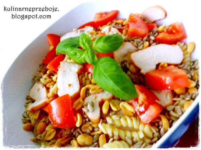 Sałatka z wędzonym kurczakiem, makaronem, pomidorami, orzeszkami ziemnymi i słonecznikiem