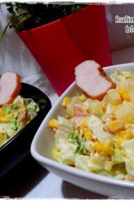 Sałatka z wędzonym kurczakiem, sałatą lodową, ananasem i kukurydzą