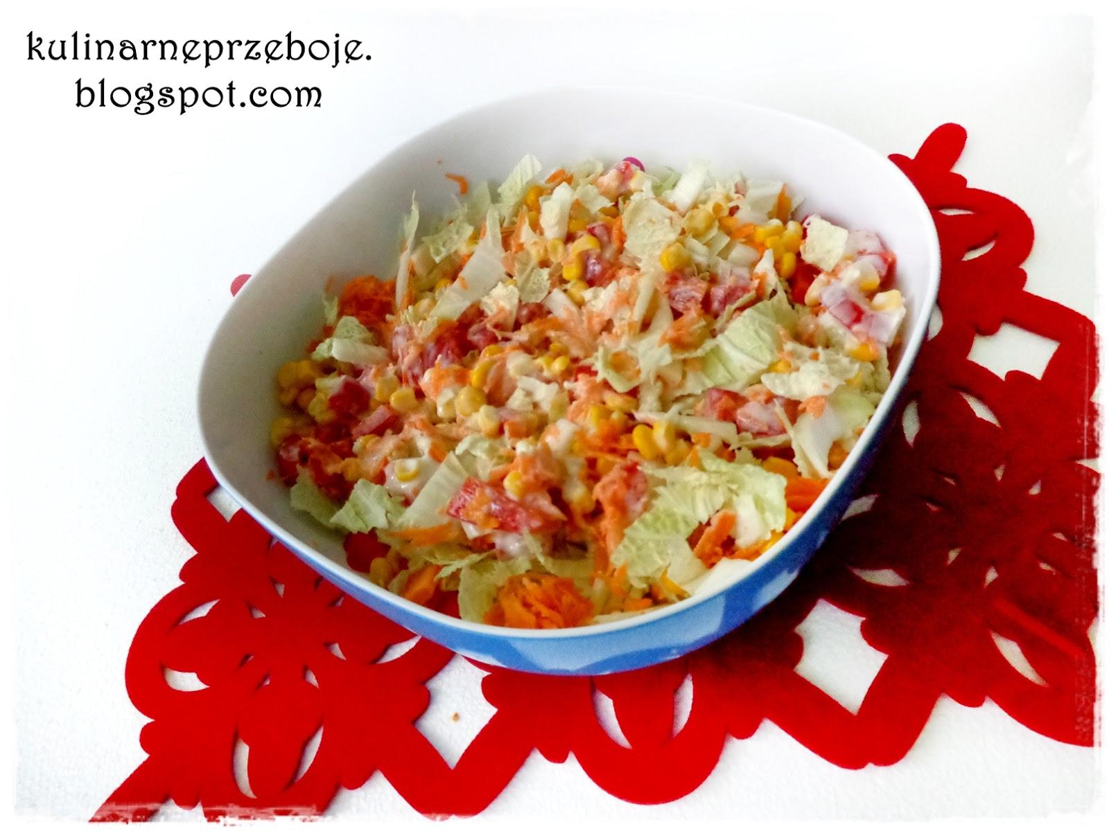 Sałatka z kapusty pekińskiej, kukurydzy, marchewki i czerwonej papryki