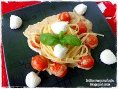 Spaghetti bez mięsa w sosie śmietanowym, z kuleczkami mozzarelli i pomidorkami koktajlowymi
