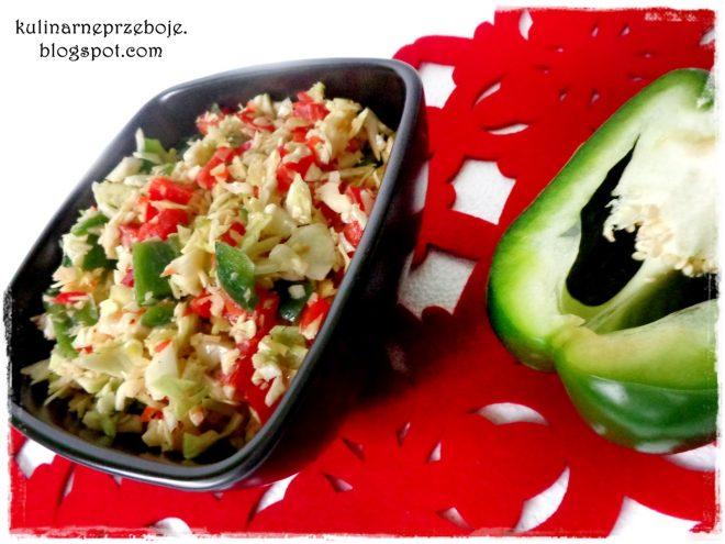 Surówka do obiadu, z białej kapusty z papryką czerwoną i zieloną