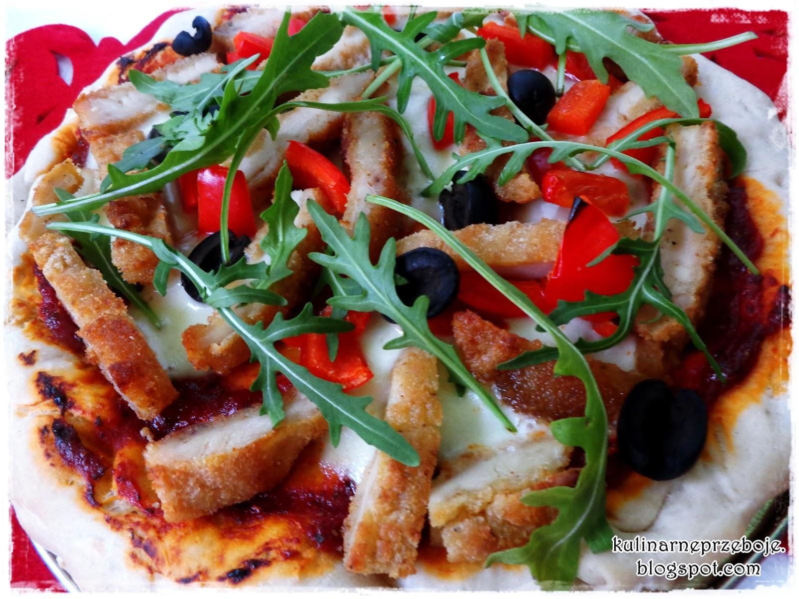 Domowa pizza z papryką, oliwkami, rukolą i kotletem z piersi kurczaka