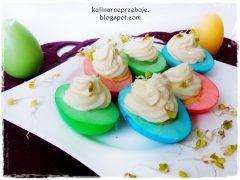 Kolorowe jajka z majonezem i kiełkami