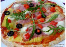 Pizza na tortilli – pizza na super cienkim cieście z szynką, papryką, oliwkami i rukolą