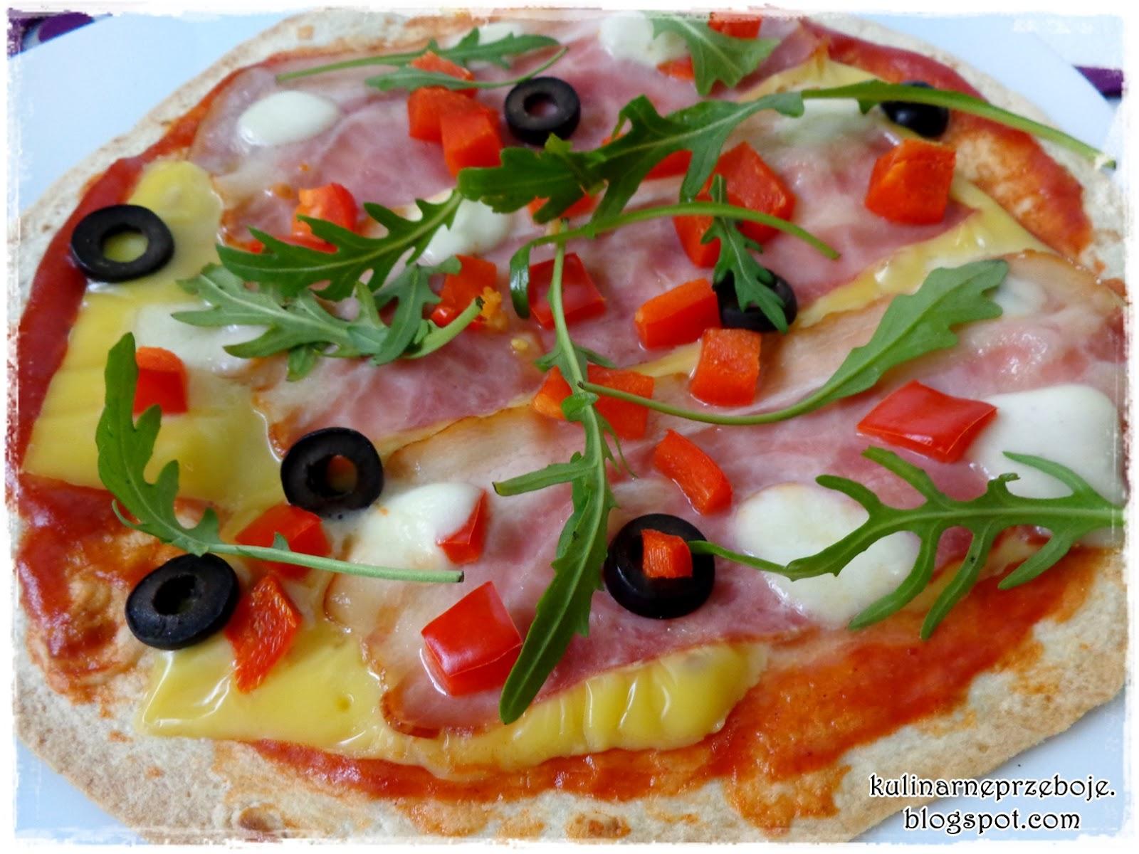 Pizza na tortilli - pizza na super cienkim cieście z szynką, papryką, oliwkami i rukolą