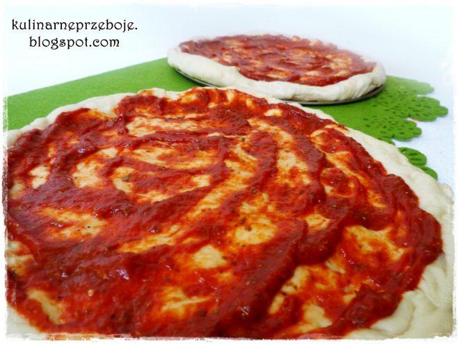 Puszyste ciasto do pizzy z sosem pomidorowym