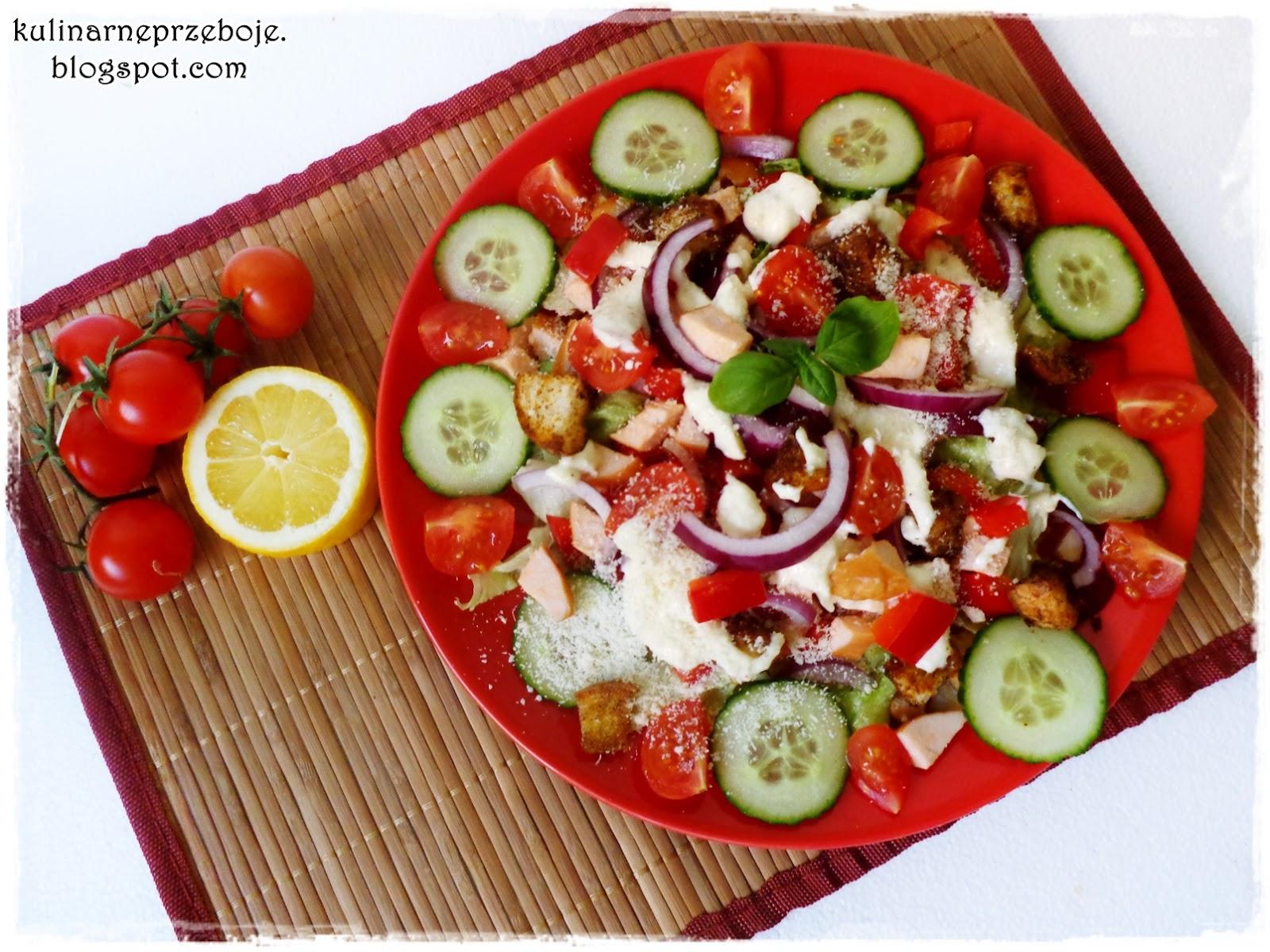 Sałatka z wędzonym kurczakiem, papryką, pomidorkami, ogórkiem i grzankami