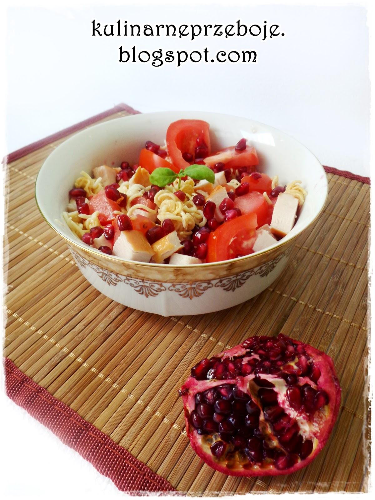 Sałatka z zupek chińskich z wędzonym kurczakiem, granatem i pomidorem