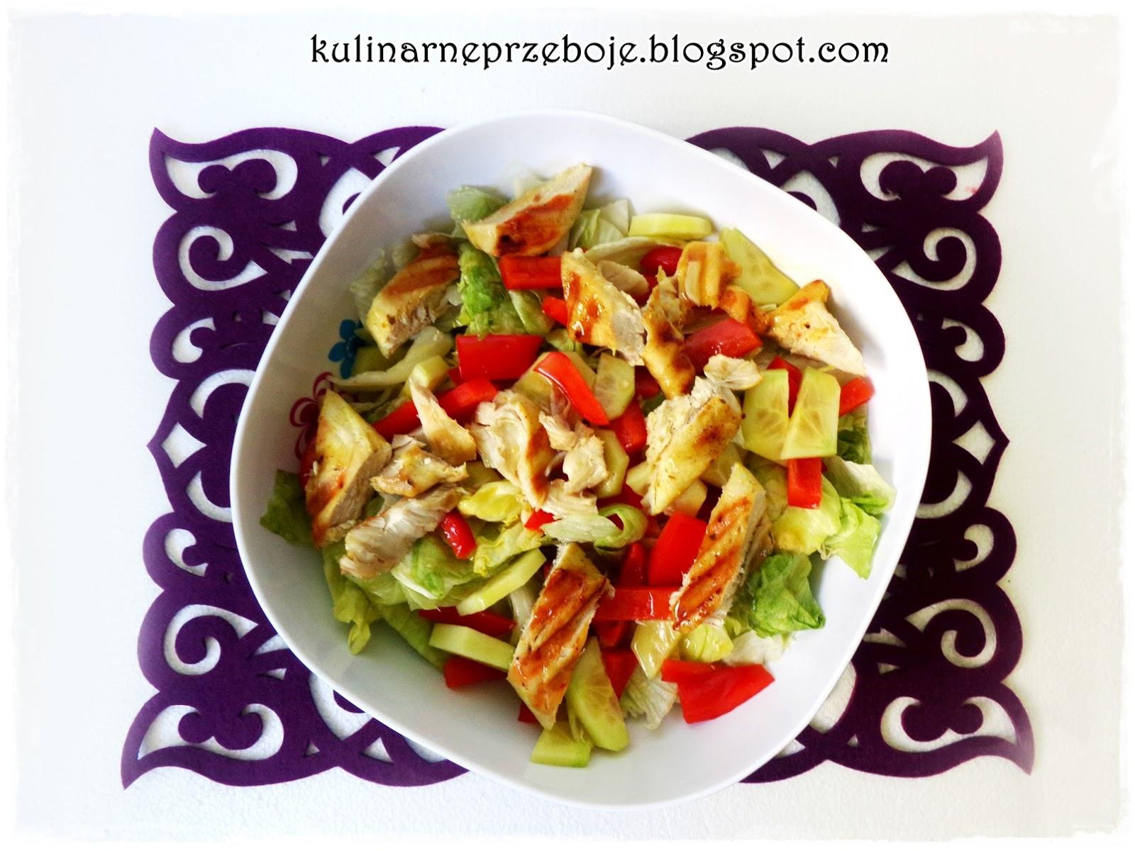 Szybka i kolorowa sałatka z grillowanym kurczakiem