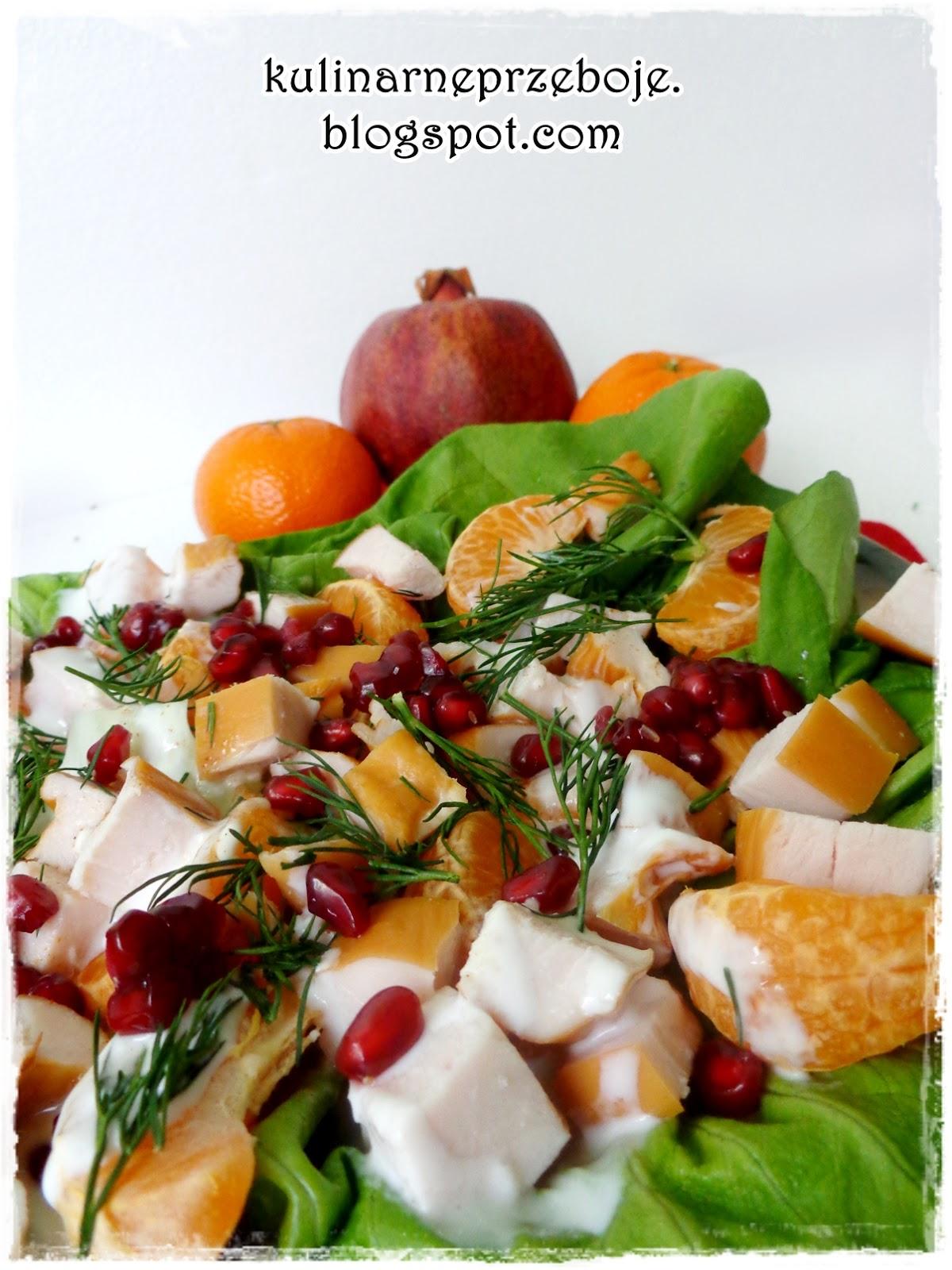 Sałatka z wędzonym kurczakiem, pestkami granatu, mandarynkami, sałatą i jogurtem naturalnym