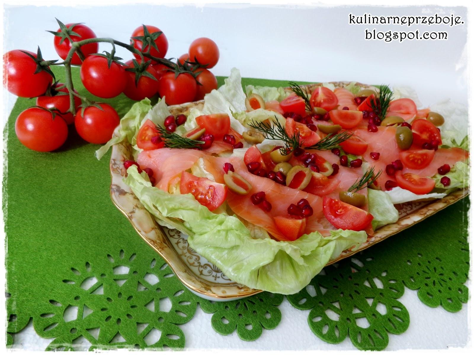 Sałatka z wędzonym łososiem, granatem, oliwkami i pomidorami