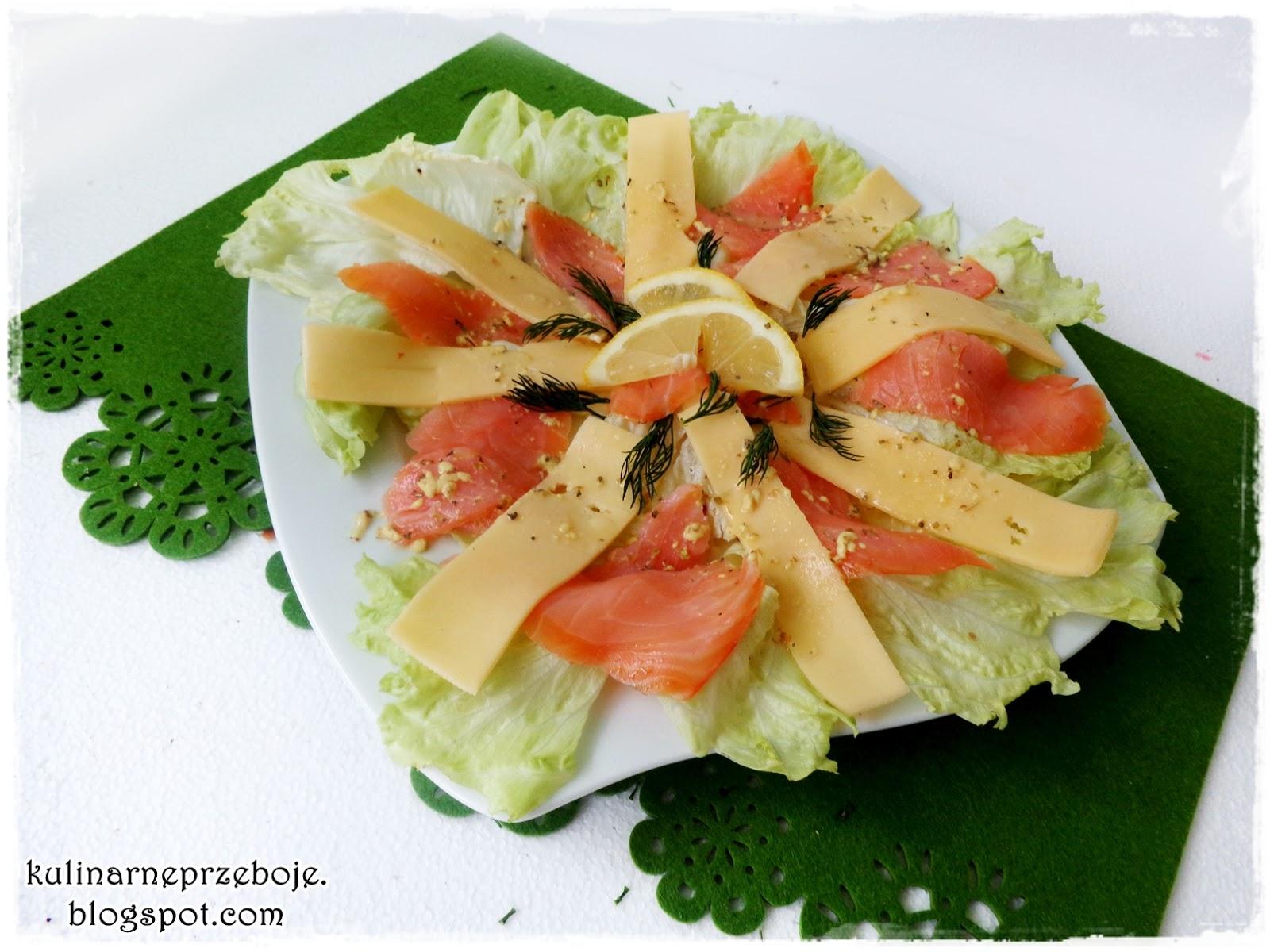 Sałatka z wędzonym łososiem, sałatą lodową i żółtym serem