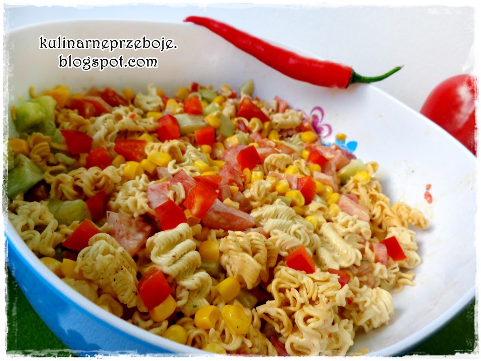 Szybka sałatka z zupek chińskich z papryką, ogórkiem, pomidorem i kukurydzą