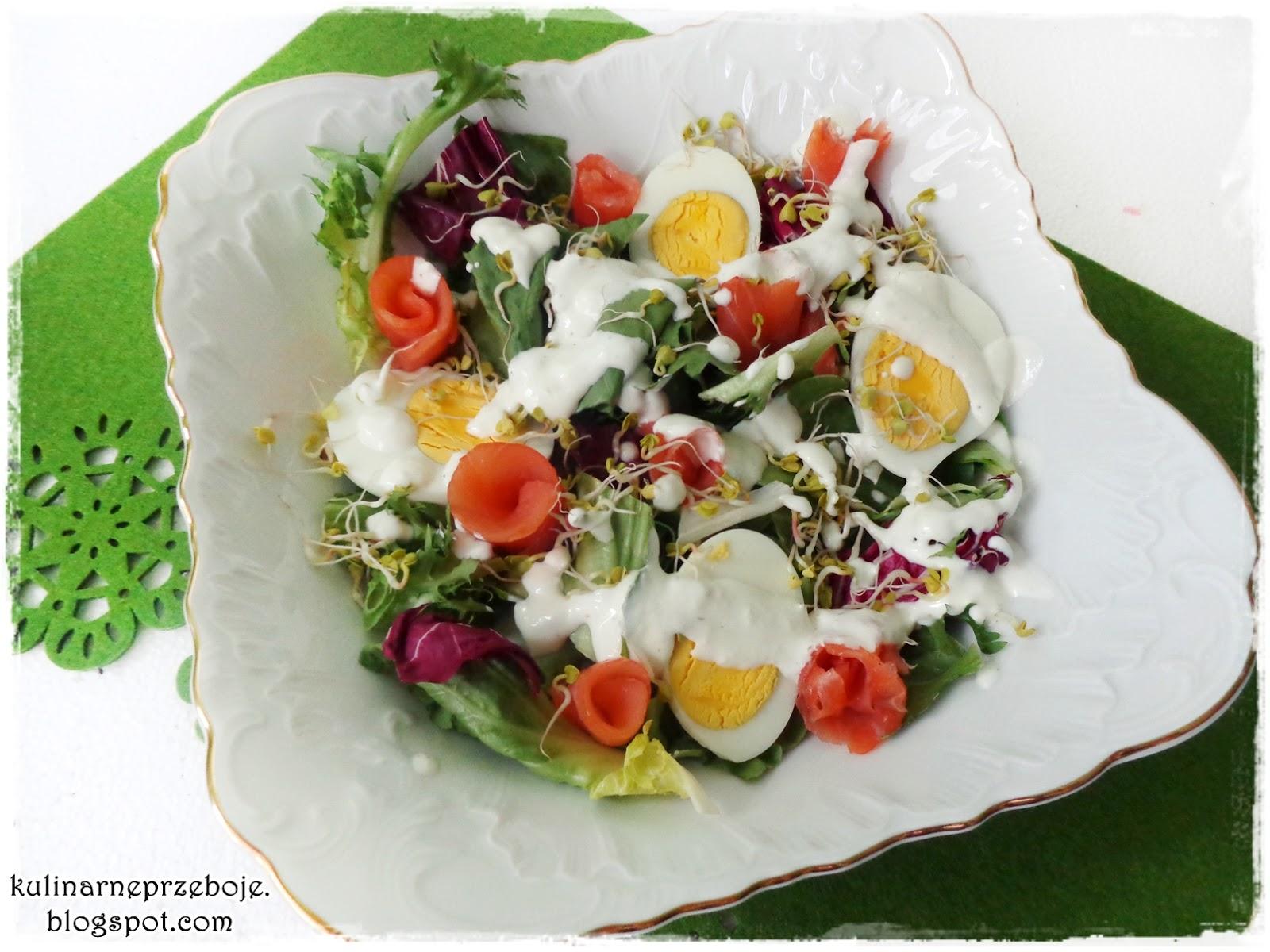 Wielkanocna sałatka z łososiem i kiełkami rzodkiewki