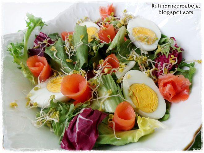 Prosta sałatka z łososiem, jajkiem i kiełkami rzodkiewki na Wielkanoc