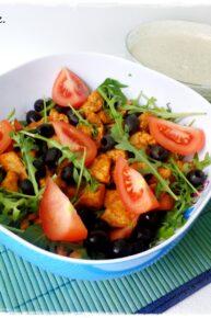 Sałatka z rukolą, kurczakiem, pomidorami i oliwkami