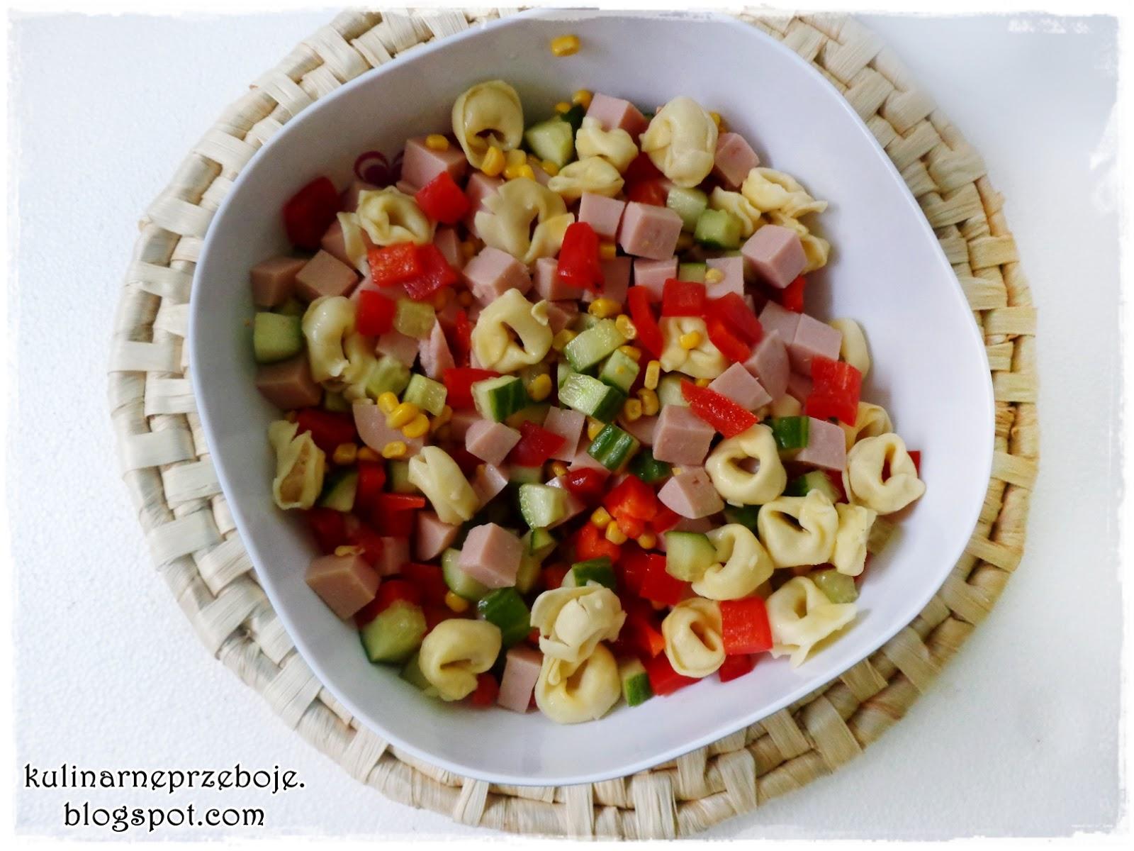 Sałatka z tortellini, szynką, papryką, ogórkiem i kukurydzą