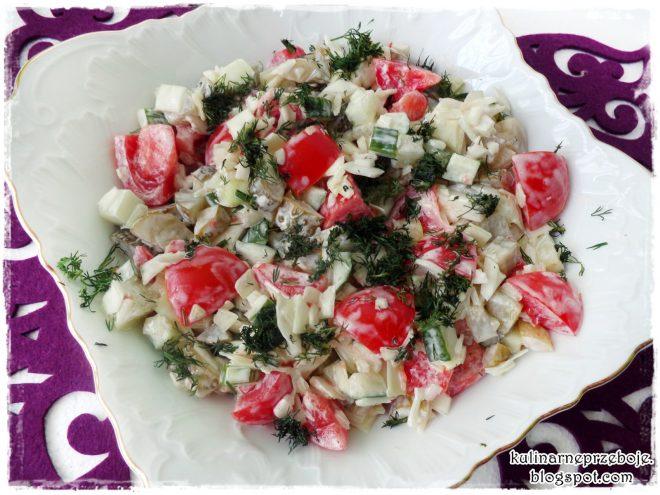 Surówka z białej kapusty, pomidora, ogórka świeżego i kiszonego