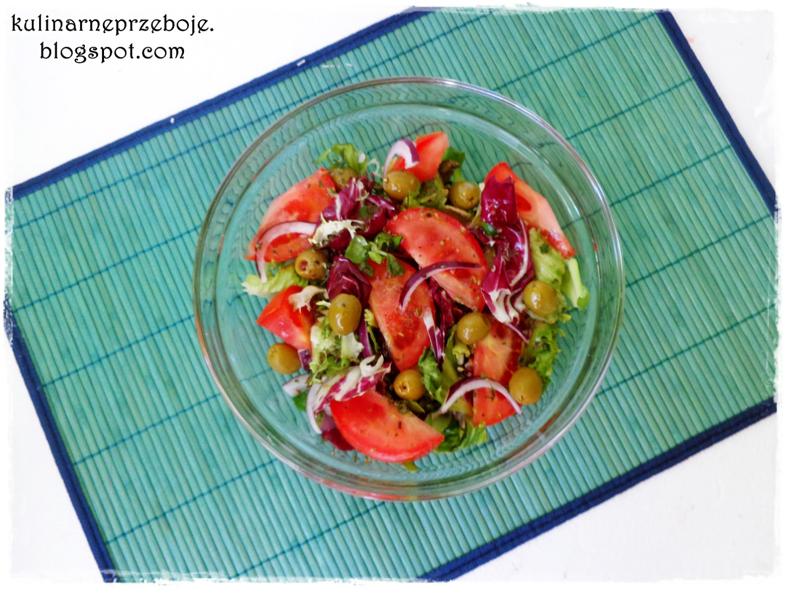 Szybka i prosta sałatka z pomidorami, czerwoną cebulą i zielonymi oliwkami