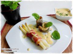 Filet z pstrąga w sosie holenderskim ze szparagami w szynce