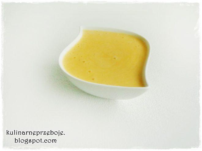 Delikatny i pyszny sos holenderski w białej miseczce
