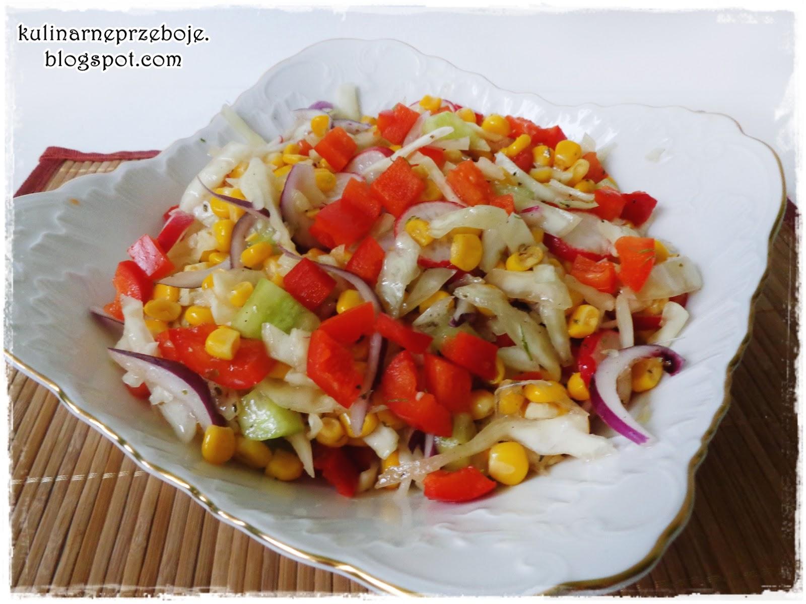 Surówka z białej kapusty, kukurydzy, rzodkiewki, papryki (z sosem włoskim)