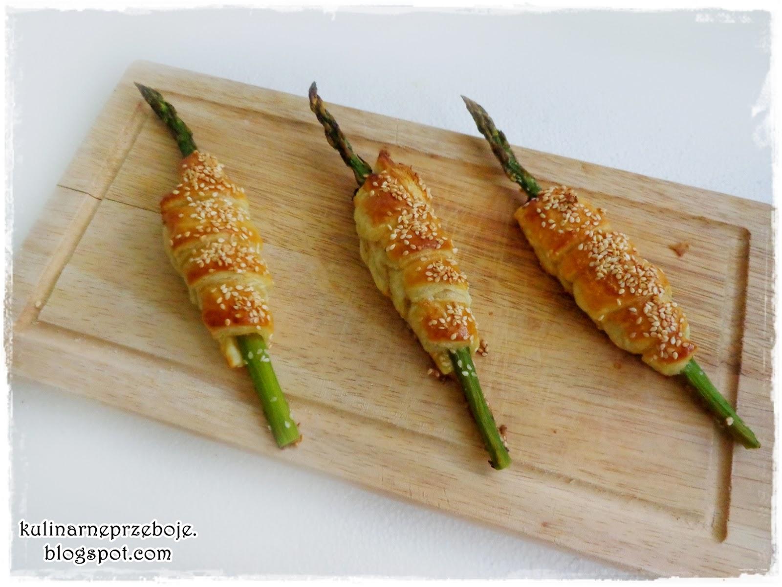 Szparagi w cieście francuskim z sezamem