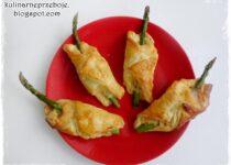Szparagi w cieście francuskim (z szynką / boczkiem i serem)