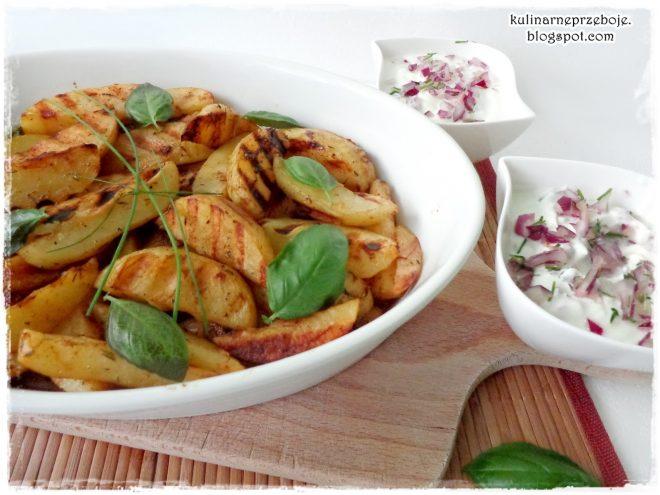 Chrupiące, grillowane ziemniaczki z sosem cebulowym