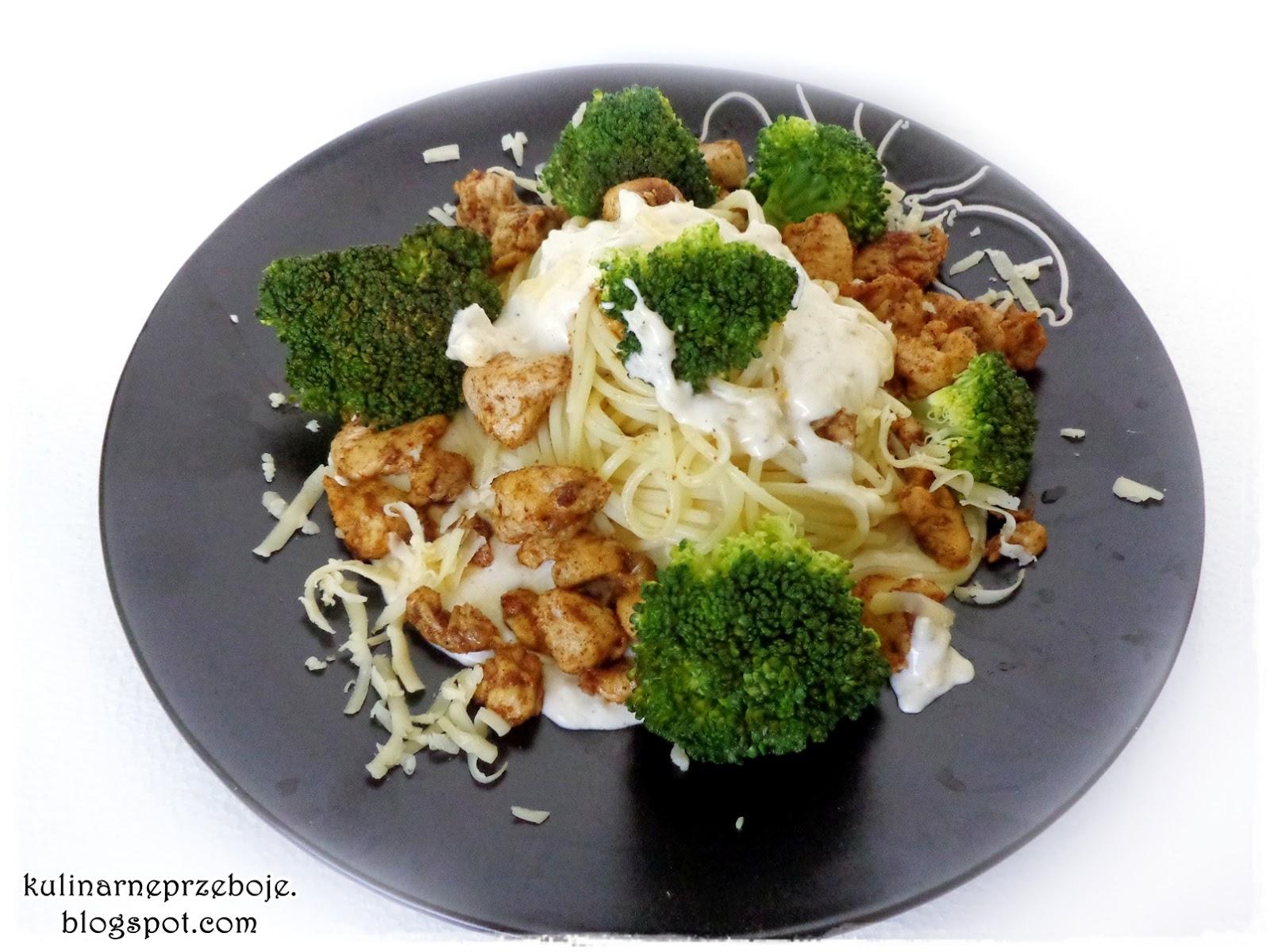 Makaron z kurczakiem i brokułami w sosie serowym