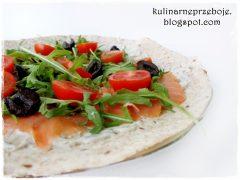 Tortilla z łososiem i rukolą