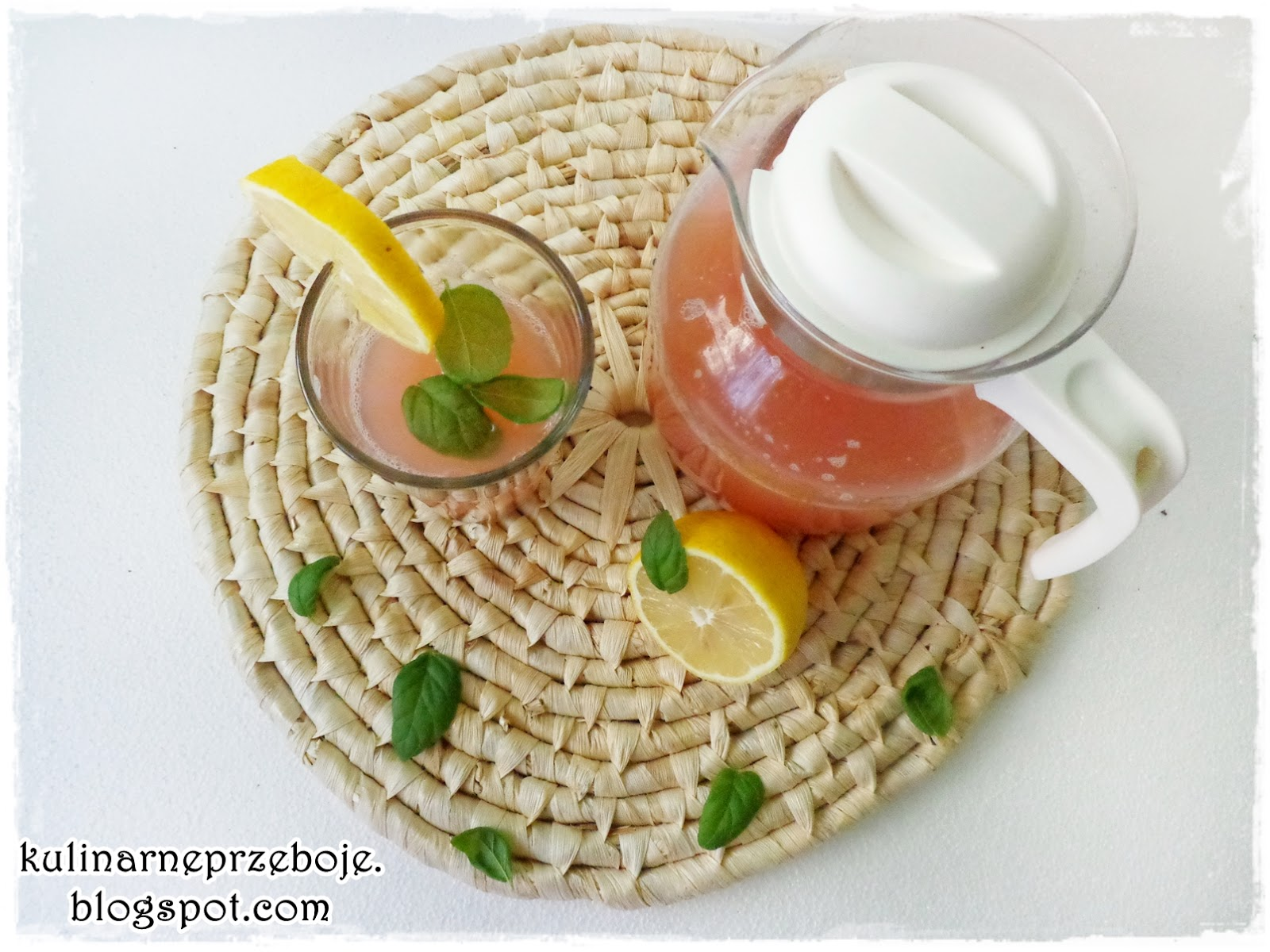 Przepyszny kompot z rabarbaru z dodatkiem miodu i cytryny