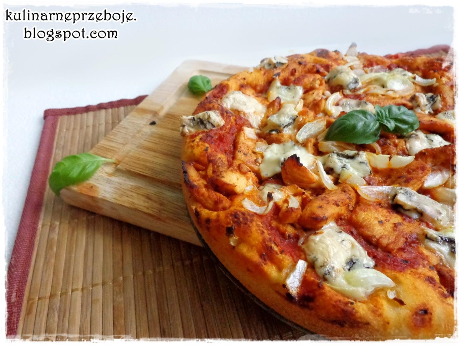 Pizza z serem pleśniowym i kurczakiem