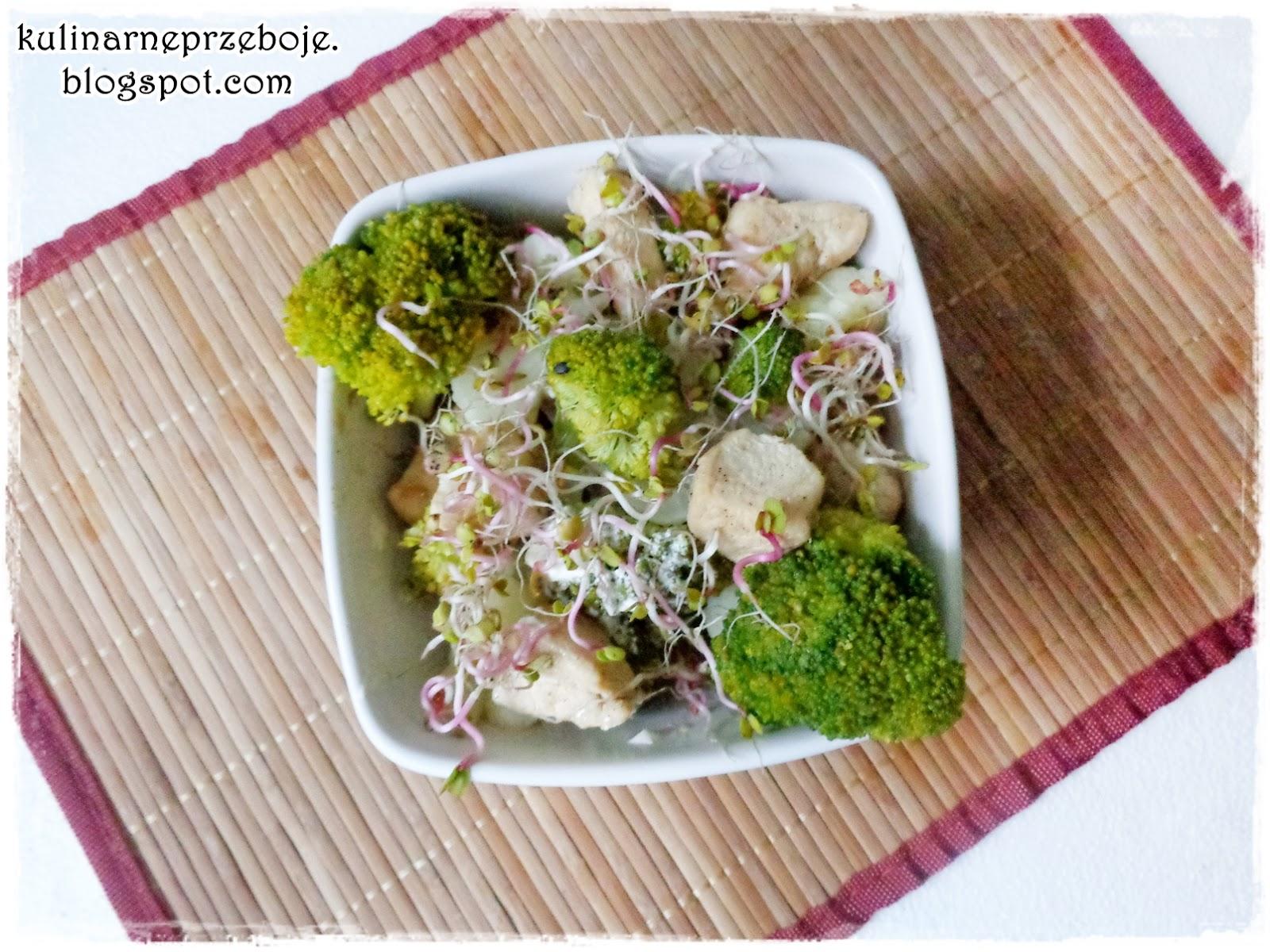 Sałatka z brokułami, kalafiorem, kurczakiem i kiełkami