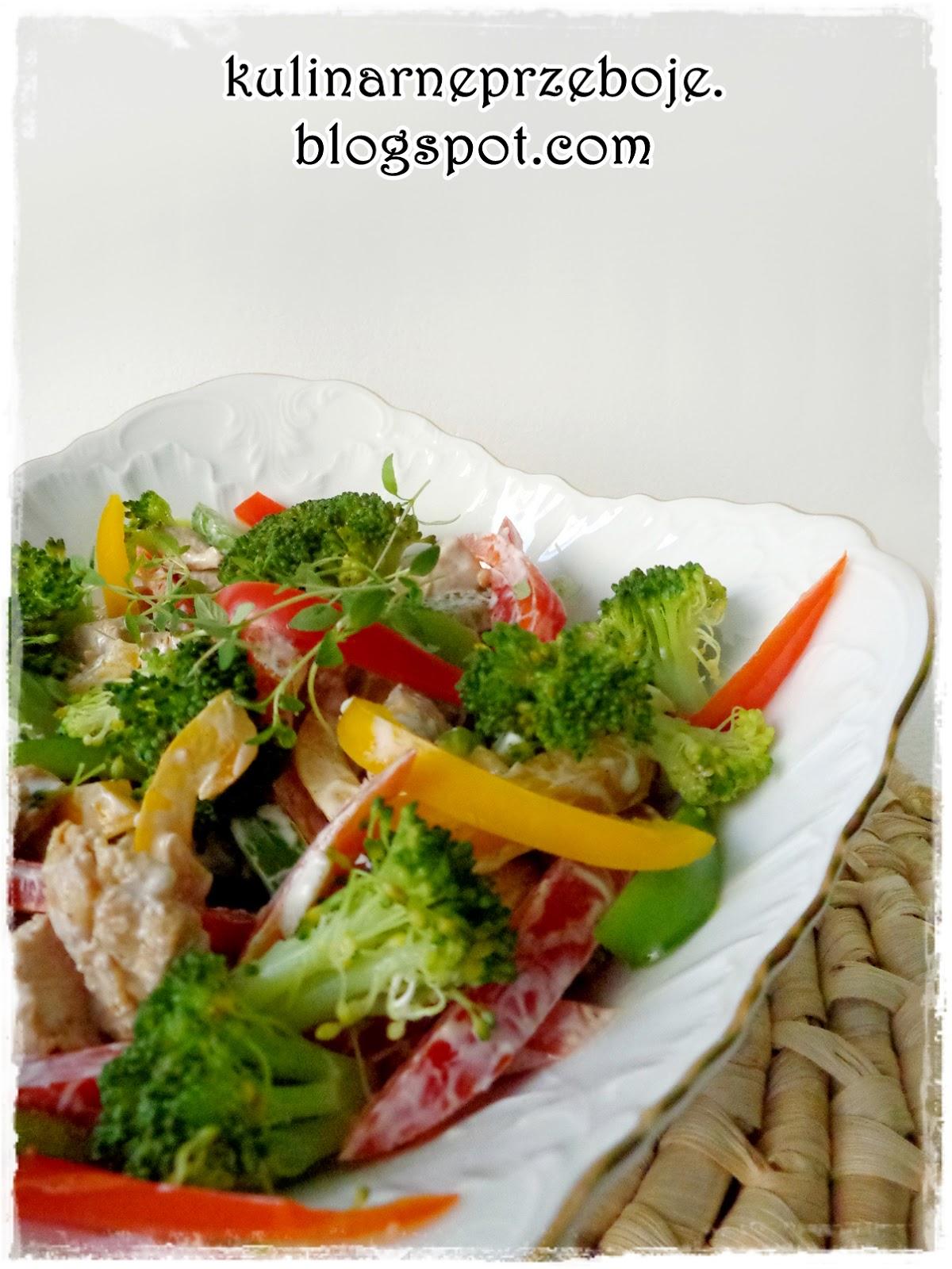 Sałatka z brokułami, kurczakiem i papryką