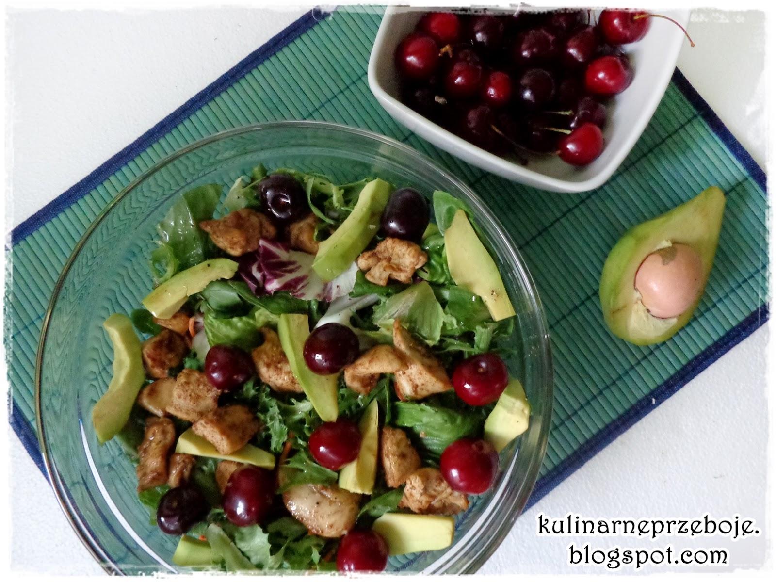 Sałatka z kurczakiem, czereśniami i awokado