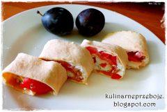 Zawijana tortilla z łososiem, pomidorami i papryką