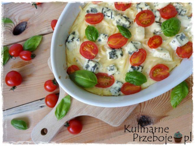 Szybka zapiekanka z makaronem, pomidorkami oraz serem pleśniowym