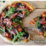 Pizza z rukolą, szynką parmeńską, oliwkami i mozzarellą
