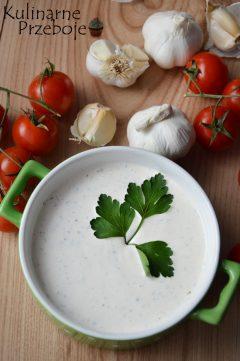 Najlepszy sos czosnkowy w misce udekorowany pietruszką