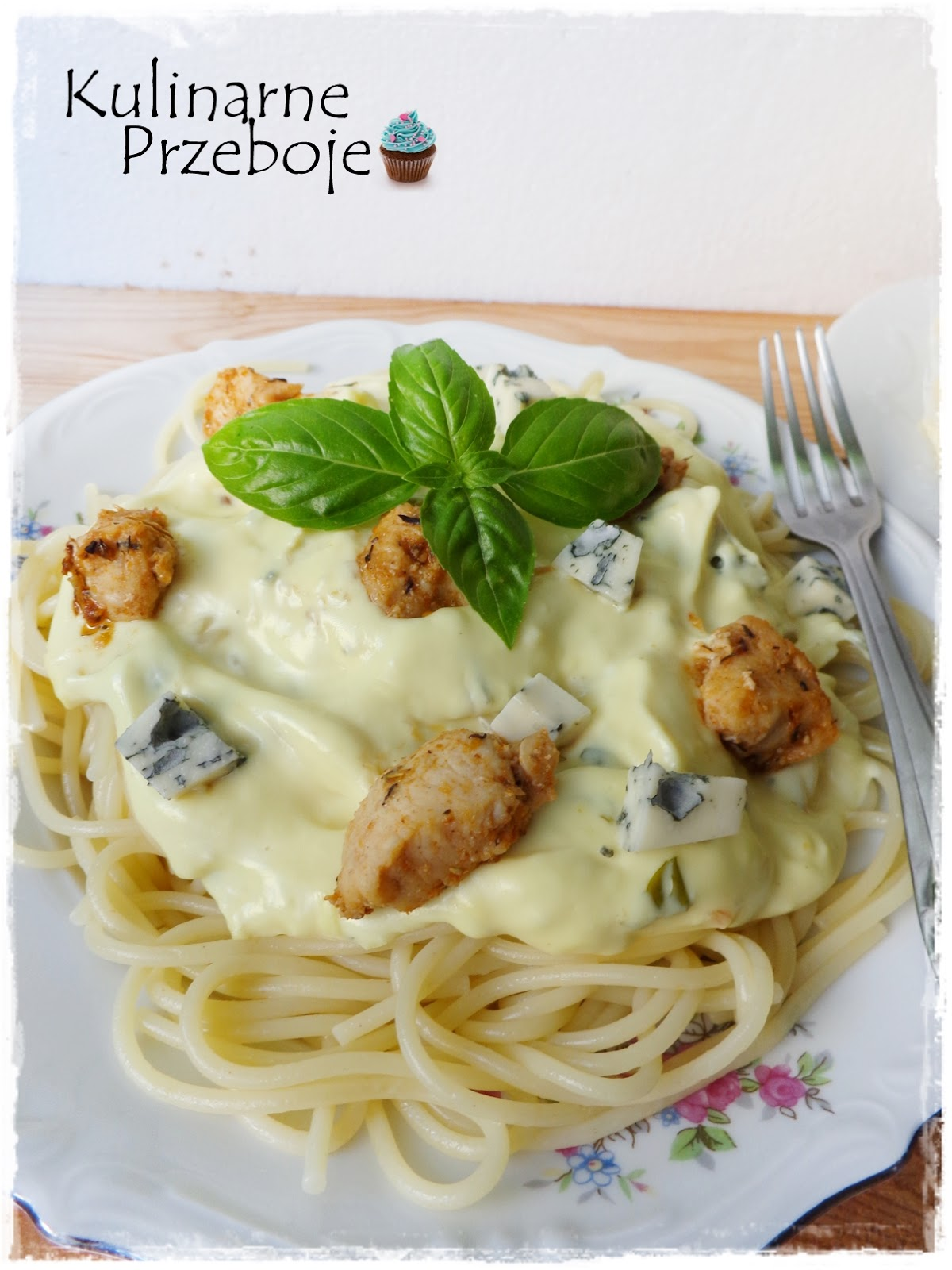 Makaron spaghetti z kurczakiem i serem pleśniowym