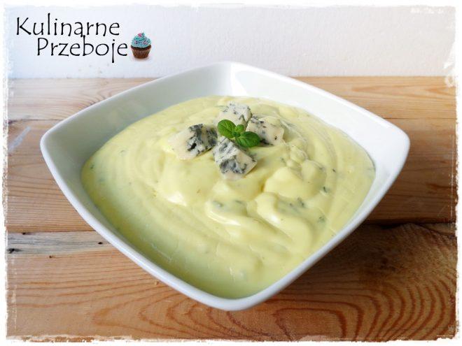 Serowy sos z serków topionych i sera pleśniowego ze śmietaną kremówką