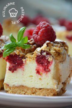 Przepyszny kawałek kruchego ciasta z malinami i budyniową pianką
