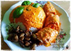 Roladki schabowe z boczkiem i mozzarellą w sosie pomidorowym