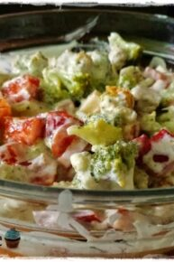 Sałatka z papryką, brokułami i żółtym serem