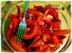 Sałatka z pomidora, papryki i czerwonej cebuli